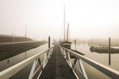 Vissersboten die op vertraagd vertrek in haven toe te schrijven aan zwaar wachten Royalty-vrije Stock Afbeeldingen