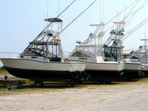 Vissersboten in drydock Stock Afbeelding