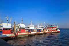 Vissersboten in een haven Stock Afbeeldingen