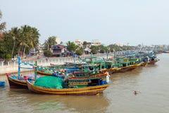 Vissersboten en de stad van Ne Mui stock foto