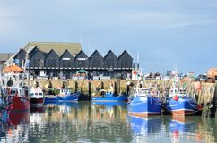 Vissersboten en fishermans loodsen in Whitstable-Haven Stock Afbeeldingen