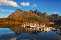 Vissersboten en jachten op Lofoten-eilanden in Noorwegen Royalty-vrije Stock Foto