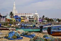 Vissersboten en netten op het strand Stock Foto's