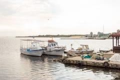 Vissersboten en toestel op het dok in de oude stad van Nessebar, Bulgarije royalty-vrije stock foto's