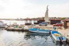 Vissersboten en toestel op het dok in de oude stad van Nessebar in Bulgarije stock fotografie