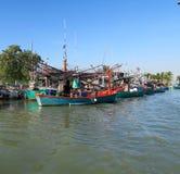 Vissersboten en varende boten op een rij Stock Foto's