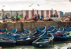Vissersboten en vissers in de haven in Essaouira, Marokko Stock Foto's