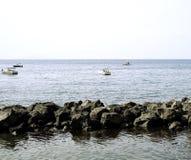 Vissersboten enkel van de kustlijn stock fotografie