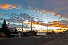 Vissersboten in Haven bij Zonsondergang stock foto's