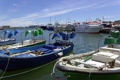 Vissersboten in haven worden gedokt die stock fotografie