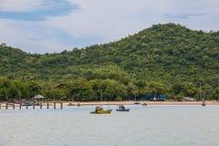Vissersboten in het overzees met bergen in bewolkte dag, Chonburi Royalty-vrije Stock Afbeelding