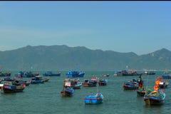Vissersboten in het overzees royalty-vrije stock afbeelding