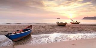Vissersboten langs de kust Stock Afbeeldingen