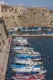 Vissersboten langs de stadsmuur van Gallipoli Stock Afbeelding
