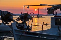 Vissersboten in Limenas-haven bij zonsondergang, Eiland Thassos Royalty-vrije Stock Foto