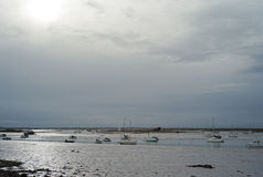 Vissersboten at low tide in het UK Royalty-vrije Stock Foto's
