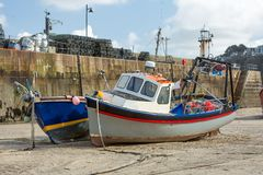 Vissersboten at low tide, St Ives Harbour, Cornwall stock foto