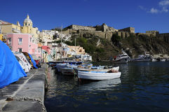 Vissersboten in Marina Corricella, Procida, Italië Royalty-vrije Stock Foto's