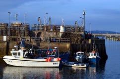 Vissersboten met krabnetten bij Brixham-haven Royalty-vrije Stock Afbeeldingen