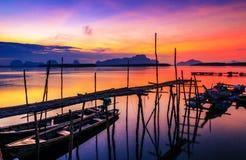 Vissersboten met ochtendzon op het overzees De zonsondergang is beautifu Stock Afbeelding
