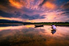 Vissersboten met ochtendzon op het overzees De zonsondergang is beautifu Royalty-vrije Stock Foto