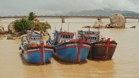 Vissersboten met rode vlaggen in Nha Trang, Vietnam stock videobeelden