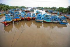 Vissersboten op de kust van Vietnam stock afbeeldingen