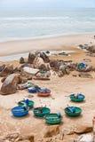 Vissersboten op de kust van Vietnam stock foto