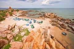 Vissersboten op de kust van Vietnam royalty-vrije stock foto's