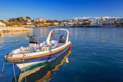 Vissersboten op de kustlijn van Kreta stock foto's