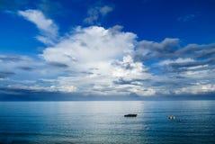 Vissersboten op de oceaan Royalty-vrije Stock Fotografie