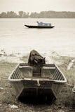 Vissersboten op de rivier van Donau Stock Foto's