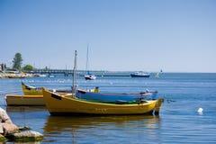 Vissersboten op een overzeese kust Stock Foto