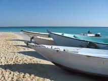 Vissersboten op het strand Royalty-vrije Stock Afbeeldingen