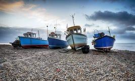 Vissersboten op het strand bij Bier in Devon stock afbeelding