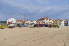 Vissersboten op het strand stock afbeeldingen