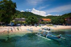 Vissersboten op het strand op blauwe hemelachtergrond Stock Fotografie