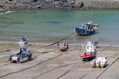 Vissersboten op het strand van Havenisaac, Cornwall, het UK worden uitgetrokken dat stock afbeeldingen
