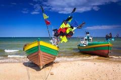 Vissersboten op het strand van Oostzee Royalty-vrije Stock Afbeeldingen