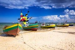 Vissersboten op het strand van Oostzee Royalty-vrije Stock Foto's