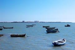 Vissersboten op het strand van Puerto Echt in Cadiz, Andalusia spanje Royalty-vrije Stock Afbeelding