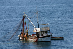 Vissersboten op het werk stock afbeelding