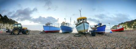 Vissersboten op Strand stock afbeeldingen