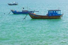 Vissersboten op Turkoois Oceaanvietnam Stock Afbeeldingen