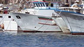 Vissersboten in Sicilië, Italië worden verankerd dat stock foto's