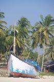 Vissersboten in tropisch strand, Goa Stock Foto's