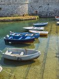 Vissersboten in vissershaven van Gallipoli worden vastgelegd die Puglia stock foto