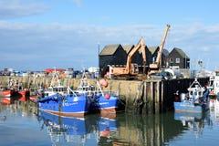 Vissersboten in Whitstable-Haven met pakhuis op achtergrond Royalty-vrije Stock Afbeelding