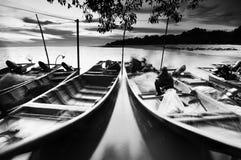 Vissersdokken die op water bij zonsondergang in zwart-wit drijven Royalty-vrije Stock Fotografie