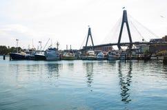 Vissershaven bij de vissenmarkt van Sydney met Anzac-brug op de achtergrond, het beeld in donkere toonkleur die Anzac-brug tonen royalty-vrije stock afbeelding